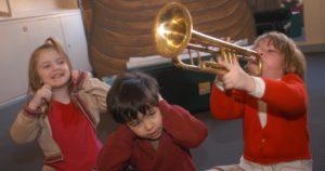 enfant qui joue de la trompette trop fort