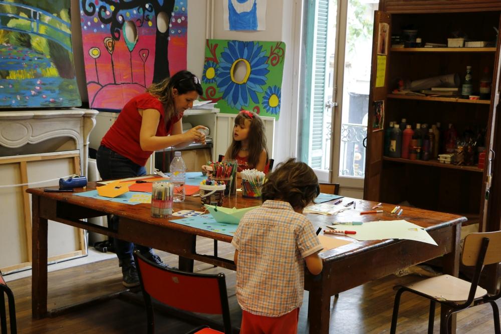 animatrice et 2 enfants dans salle de dessin