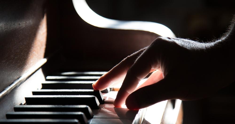 main sur clavier